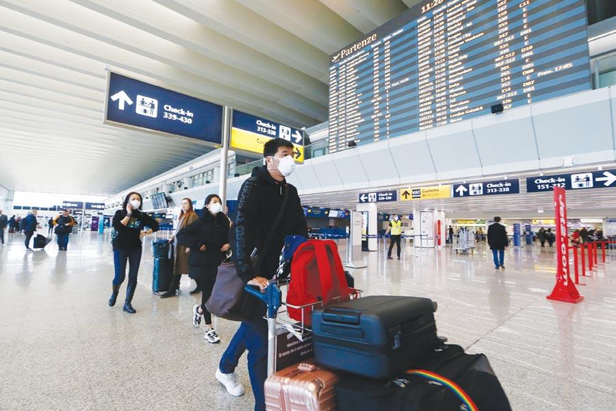防疫期間旅客攜帶口罩入境,不需特別提出申請。(示意圖/美聯社)