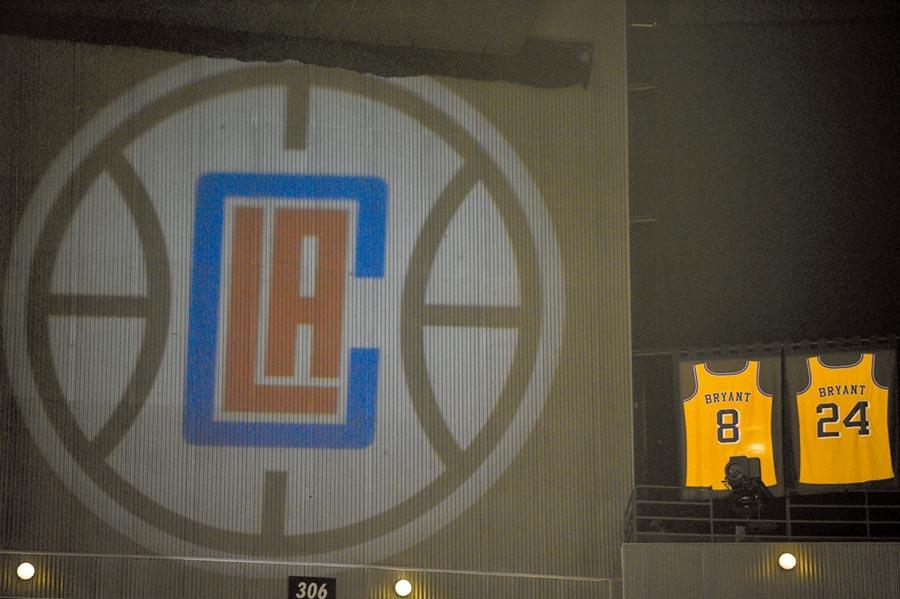 为了悼念才刚坠机过<p>世</p>的湖人传奇球星「小飞侠」布莱恩,快艇昨在主场刻意不遮布莱恩的8号与24号湖人球衣,让洛杉矶球迷可以缅怀布莱恩,甚至NBA官方也在昨天宣布,今年全明星赛将会彻底改制,一切都是为了悼念布莱恩。(美联社)