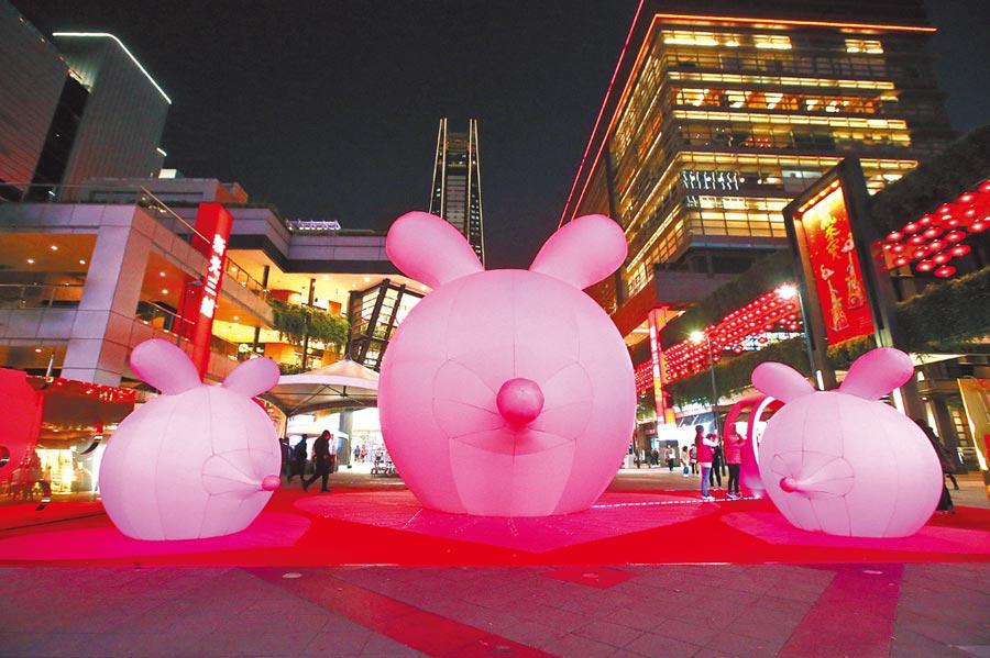 高達6公尺的巨型粉紅錢鼠主燈在展期間的每天下午5點到晚上10點,每半小時就會以粉嫩的燈光搭配輕快的曲調展現聲光秀。(粘耿豪攝)