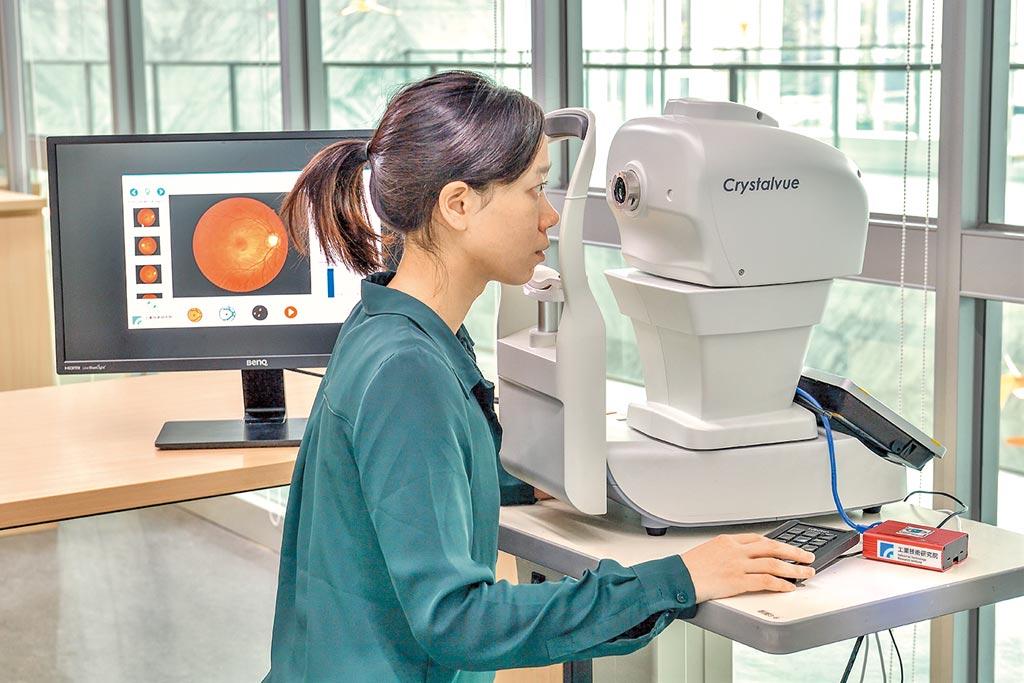 工研院研發的「糖尿病眼底AI智慧判讀系統」,透過目前已建立的眼底鏡影像資料庫與AI分析系統,未來可應用於協助醫師短時間內完成長者相關的眼睛疾病精確診斷。圖/本報資料照片