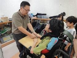 身障生的學習推進器  施啟明獲友善校園貢獻獎
