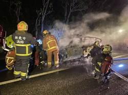 BMW國道警車凌晨火燒車 駕駛:開到一半車身突然抖動...