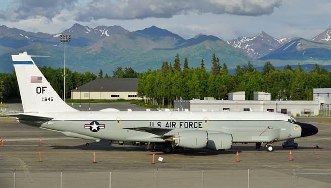 美軍1架專門探測核爆的偵察機,2月2日飛入南海後又轉而北上,飛往台灣海峽。這是美軍短短3天內第2次在相關空域執行任務,勢必造成兩國軍事關係緊張。(示意圖/Shutterstock)