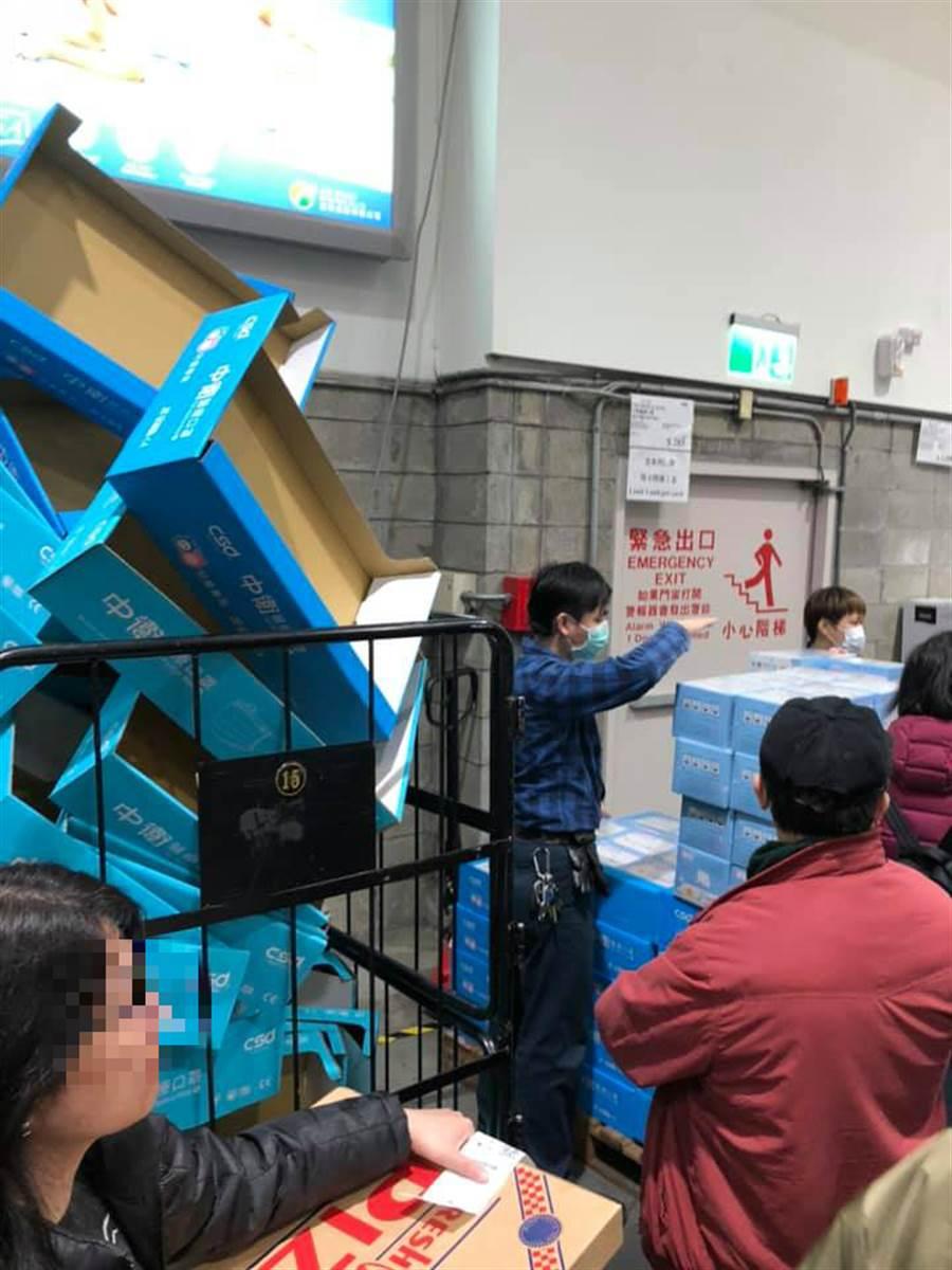 網友上傳內湖好市多前天(1月31)的照片,人人瘋搶口罩到幾乎失去理智 (圖/翻攝自Costco好市多 商品經驗老實說)