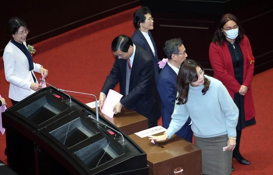 圖為第10屆立委就職後,立委投票選立法院長。(資料照,姚志平攝)