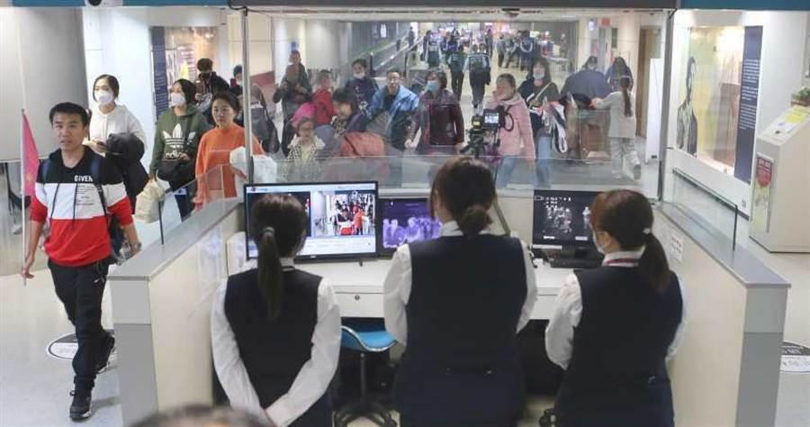 世界各國皆已在機場加強監控了解異常發燒旅客情況。示意圖與本案無關。(圖/報系資料照)