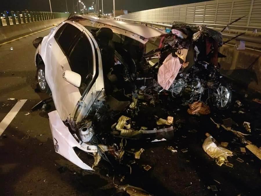 柳姓女子小客車車頭全毀,零件散落一地。(清水消防分隊提供/陳淑娥台中傳真)