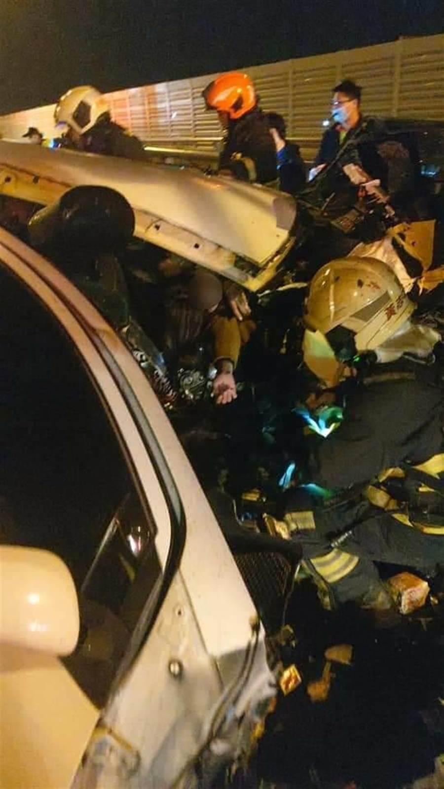 柳姓女子一度受困车内,消防人员将她救出。(清水消防分队提供/陈淑娥台中传真)
