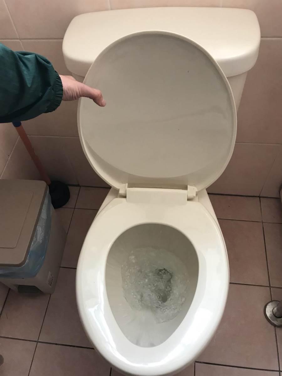 患者糞便有新型冠狀病毒 醫:沖水蓋上馬桶蓋