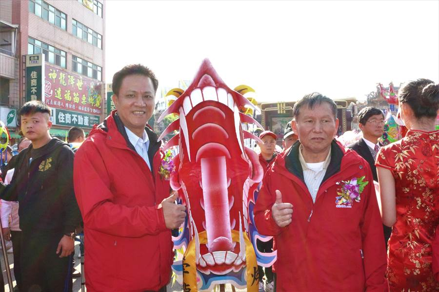 苗栗市長邱鎮軍與代表會主席邱炳光為祥龍進行開光點睛儀式。(巫靜婷攝)