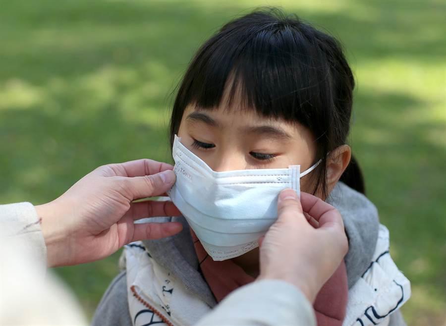 勞動部表示,為照顧小學以下學童,父母其中之一可以在這2週間請「防疫照顧假」。(本報資料照片,趙雙傑攝)