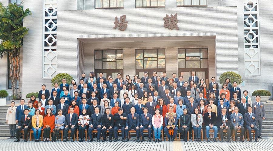 新一屆立委1日在立法院報到宣誓就職後,於議場前合影留念。圖/姚志平