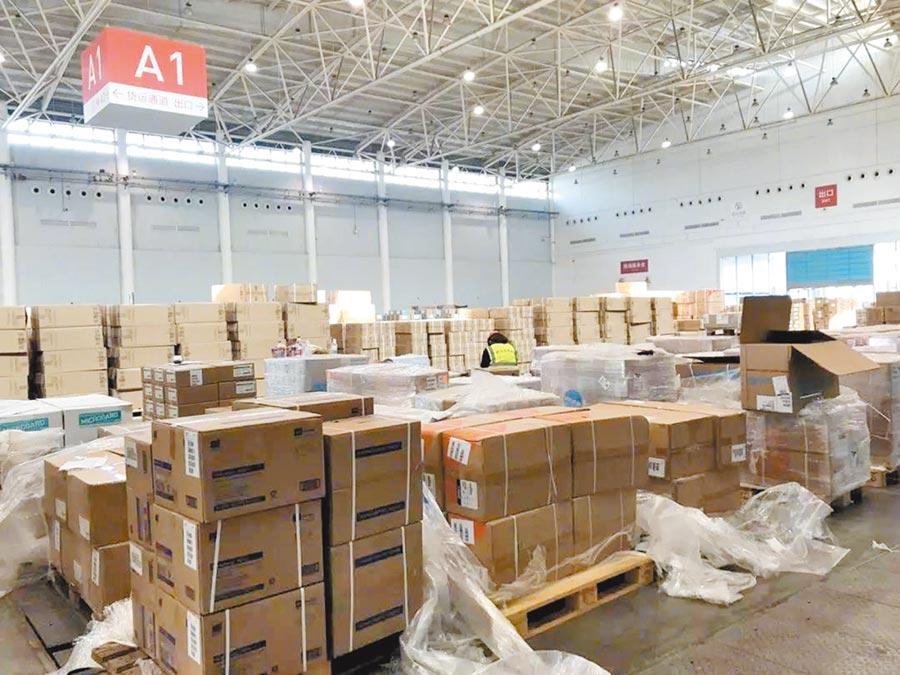 湖北省紅十字會3名負責人因分配善款和捐贈物資行為不當被問責。圖為武漢紅十字會倉庫中堆放了許多物資,尚未派出。(取自微博@央視新聞)