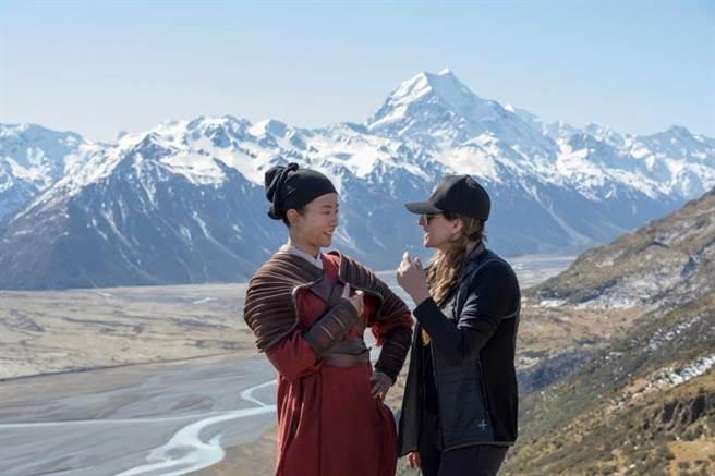 迪士尼《花木蘭》拍攝花絮照,演員劉亦菲(左)與導演妮基卡羅。