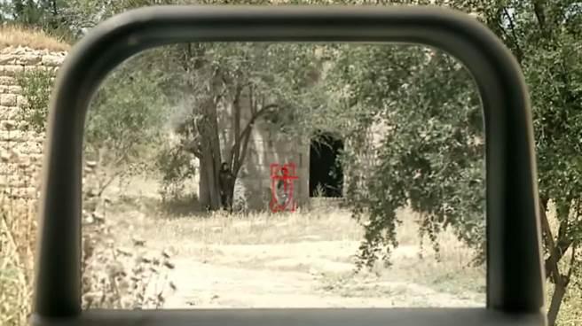 以色列「精明射手公司」的瞄準鏡就是個小型的射控系統,微電腦會引導射手鎖定目標。(圖/youtube)