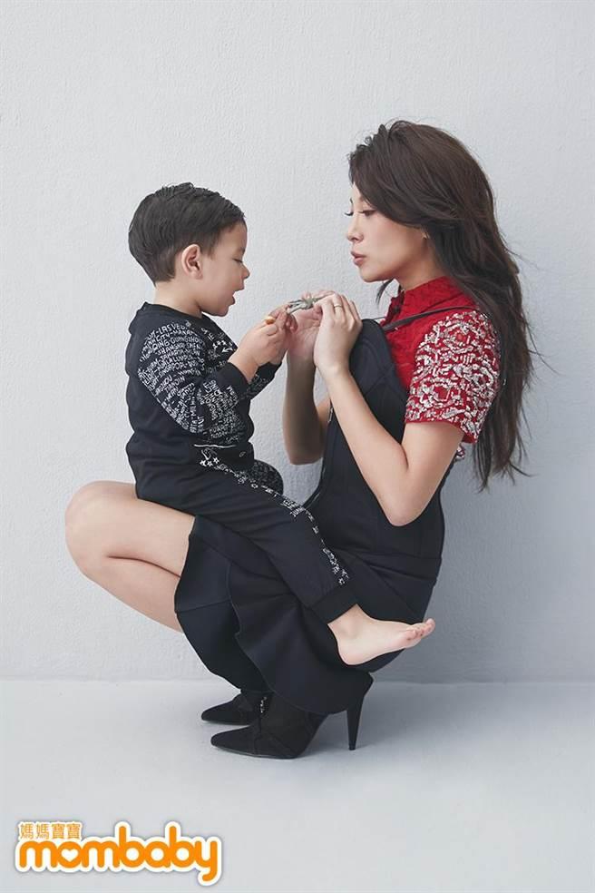 艾莉絲帶著兒子威廉弟接受雜誌專訪。(媽媽寶寶提供)