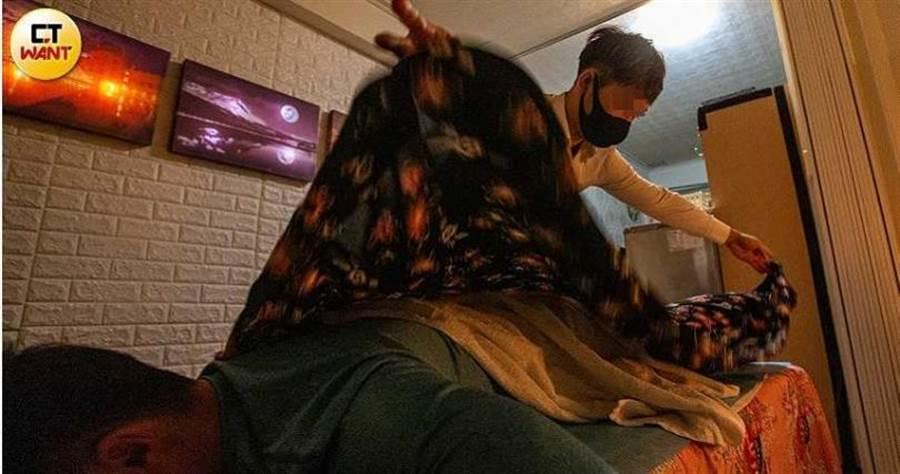 客人洗好澡後,師傅會先請她趴在按摩床上,接著拿出絲巾蓋在客人身上,開始推拿按摩。