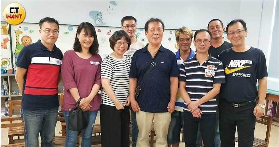 虎頭蜂事件後的34年,佳里仁愛國小兩班同學第一次開同學會,也是事件後第一次見到懷念的郭老師。(圖/難忘虎頭蜂事件 34年後的同學會臉書)