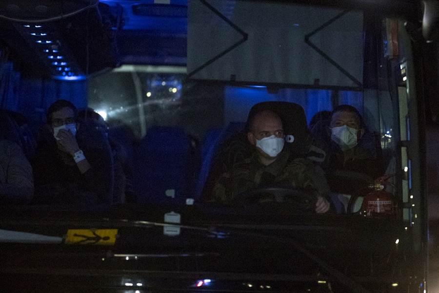 法國第2架撤僑專機2日返抵法國,當中約20人出現疑似武漢肺炎感染症狀。圖為載有法國僑民的巴士。(圖/美聯社)