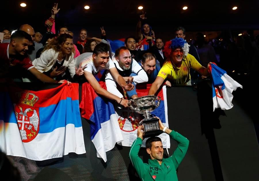 喬柯維奇與塞爾維亞球迷共舉澳網男單冠軍盃。(路透資料照)