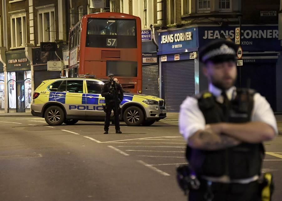 倫敦街頭2日發生恐怖攻擊,一名男子持刀砍人,隨後遭警方擊斃。(圖/美聯社)