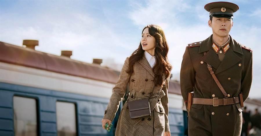 韓劇《愛的迫降》孫藝珍穿Miu Miu格紋風衣搭Fendi新款Karligraphy皮革小肩包,與身旁著軍裝的玄彬十分相襯。(擷自NETFLIX)