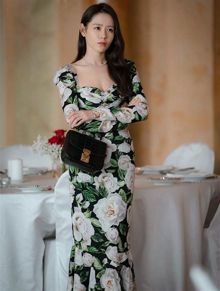 孫藝珍穿Dolce & Gabbana花朵風洋裝搭Miu Miu小肩包。(擷自NETFLIX)