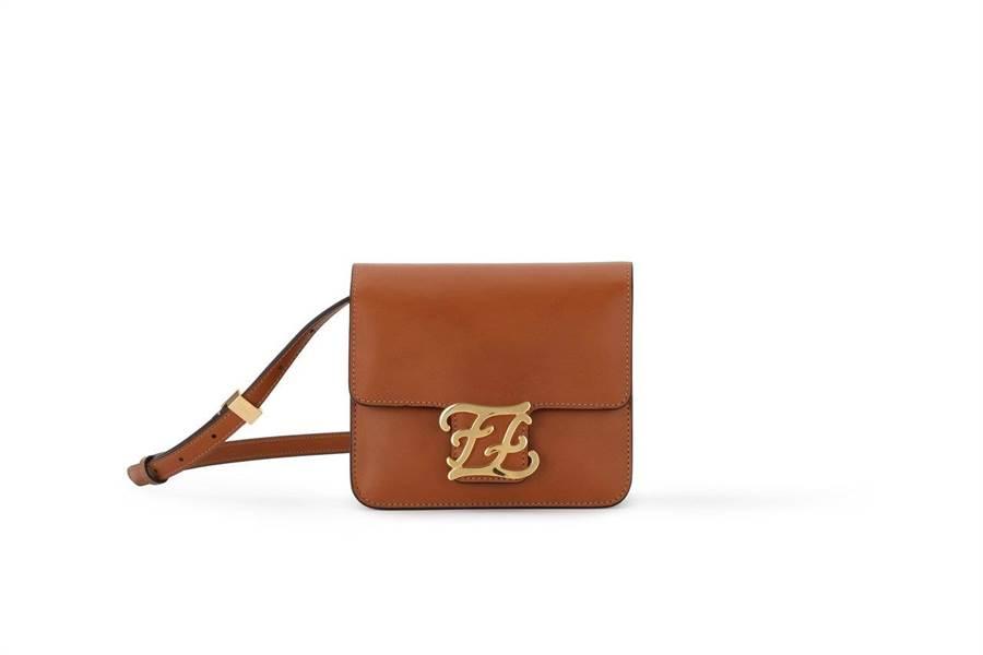 FENDI早春棕色Karligraphy包,6萬3900元。(FENDI提供)