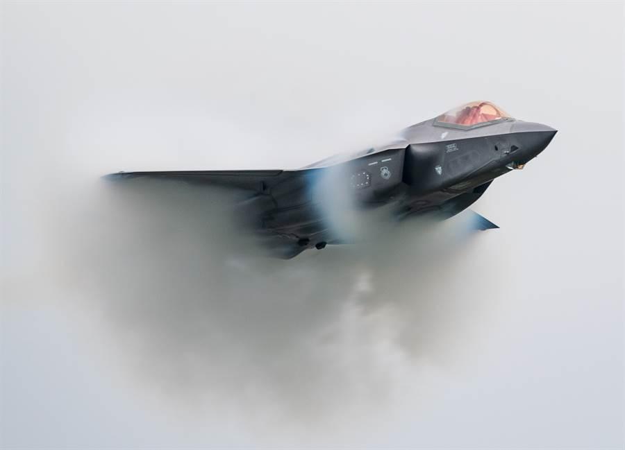 美國空軍F-35戰機在加拿大參加加提諾-渥太華航展(Aero Gatineau-Ottawa Airshow)的資料照。(美國空軍)