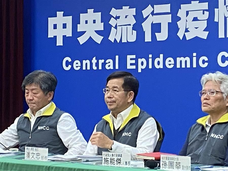 教育部長潘文忠(中)昨宣布高級中等以下學校延後兩周開學,讓學校及家長人仰馬翻。(林志成攝)
