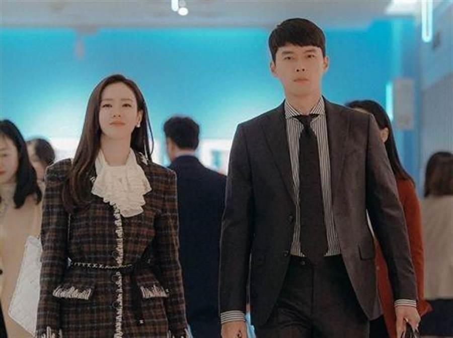 孫藝珍在最新一集中穿香奈兒格紋斜紋軟呢套裝,剛中帶柔。(擷自tvN官網)