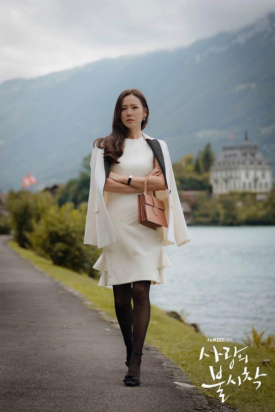 孫藝珍穿LV白色洋裝搭Alaia手提包。(擷自NETFLIX)