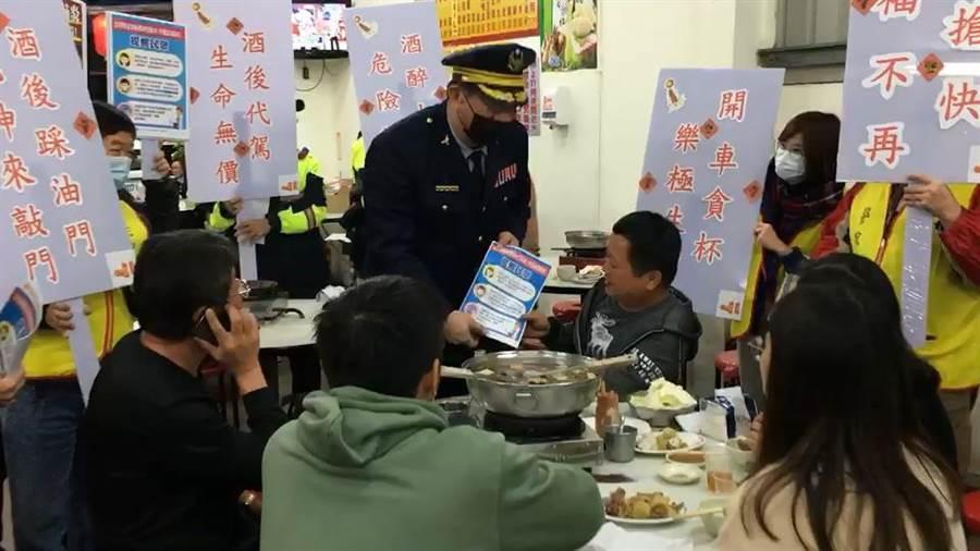台中市警察局第三分局組成「口罩防疫軍團」到轄內餐廳,進行防制酒駕及防疫資訊宣導。(馮惠宜攝)