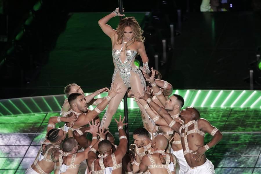 珍妮佛羅培茲在超級盃中場秀上演鋼管舞。(美聯社)