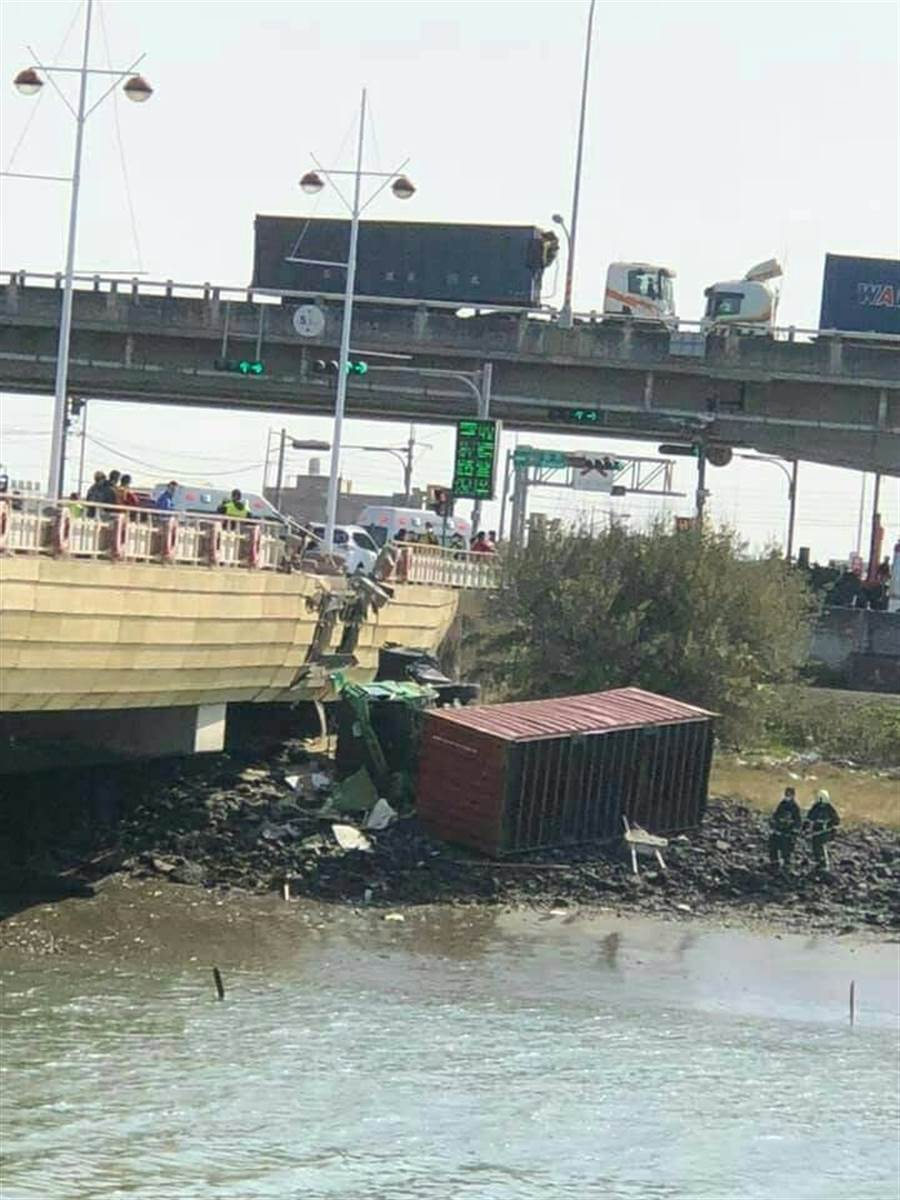 彰濱工業區鹿港區入口大橋上午發生重大車禍事故,一輛連結貨櫃車當場翻落橋下。(民眾提供/謝瓊雲彰化傳真)