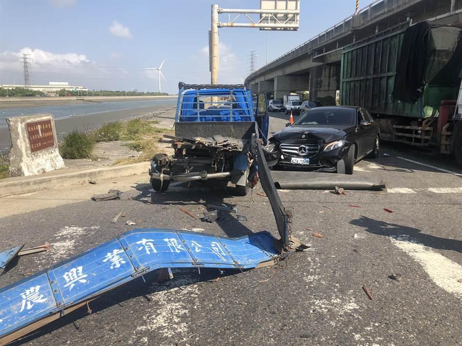 彰濱工業區鹿港區入口大橋上午近10點發生聯結車擦撞3輛自小客車和1部重機車的嚴重事故。(謝瓊雲攝)