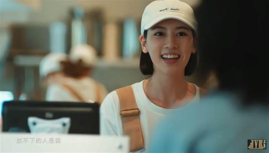 三吉彩花因担任《说好不哭》MV女主角,受到华语圈关注。(图/翻摄自YOUTUBE)