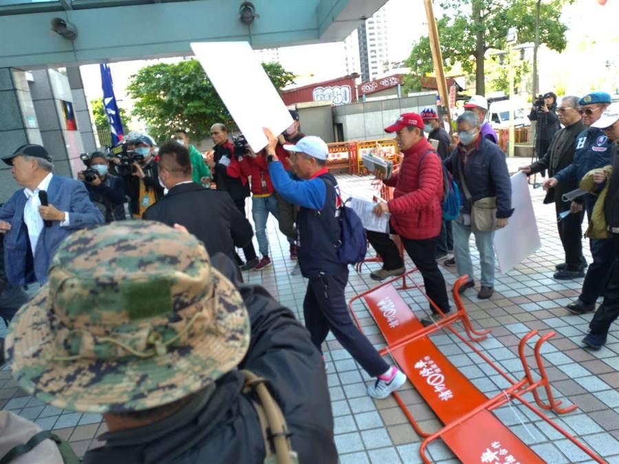 藍天行動聯盟到中央黨部抗議,推倒路障。(黃福其攝)