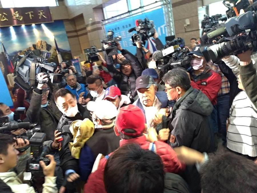 藍天行動聯盟與保全員在中央黨部大廳電扶梯前推擠。(黃福其攝)