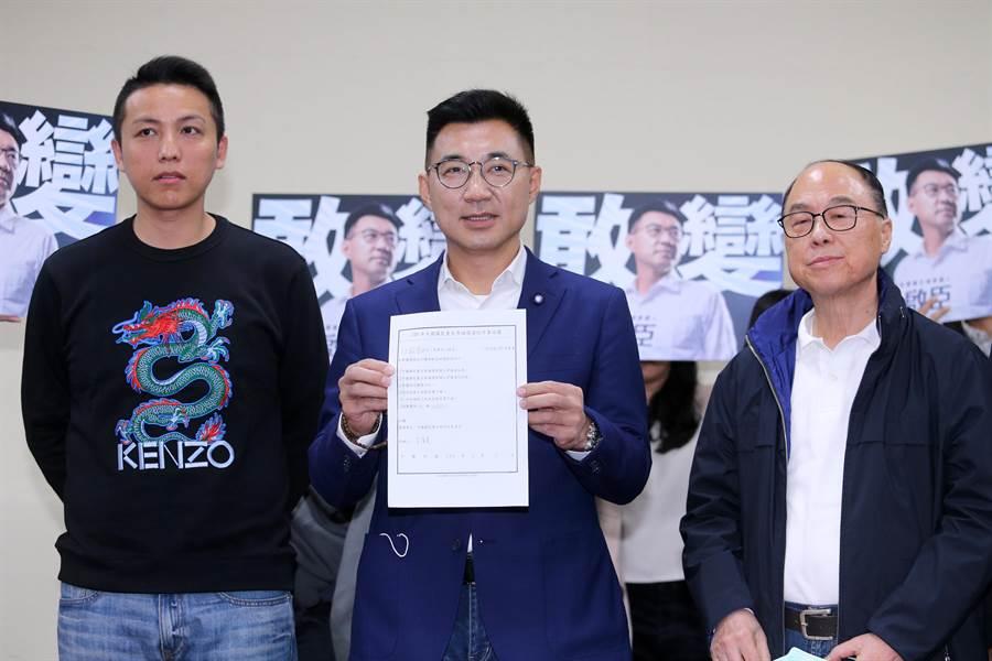 立委江啟臣(中)3日完成國民黨主席補選登記。(黃世麒攝)