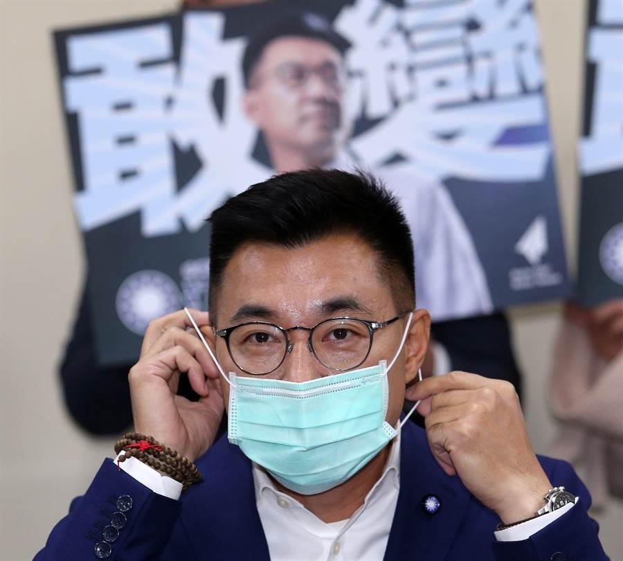 立委江啟臣戴著口罩,赴國民黨中央完成主席補選登記。(黃世麒攝)