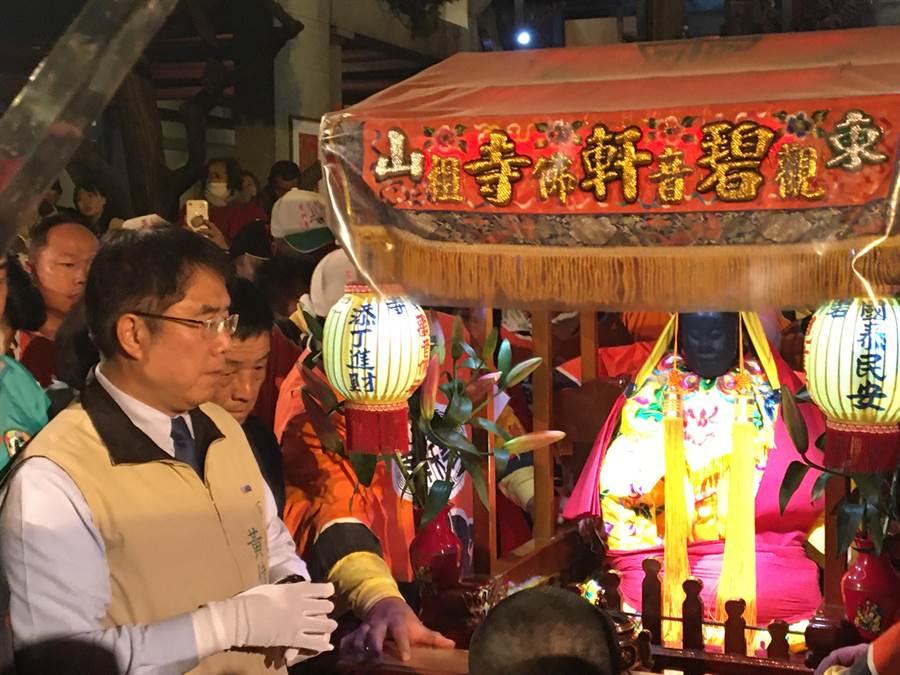 東山迎佛祖今天凌晨起駕回鑾白河,台南市長黃偉哲到場恭迎觀音佛祖登轎安座。(莊曜聰攝)