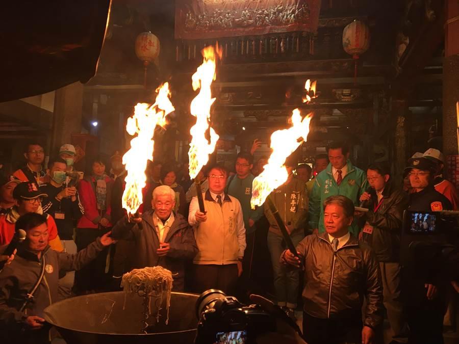 東山迎佛祖今天凌晨起駕回鑾白河,點燃聖火後啟行。(莊曜聰攝)