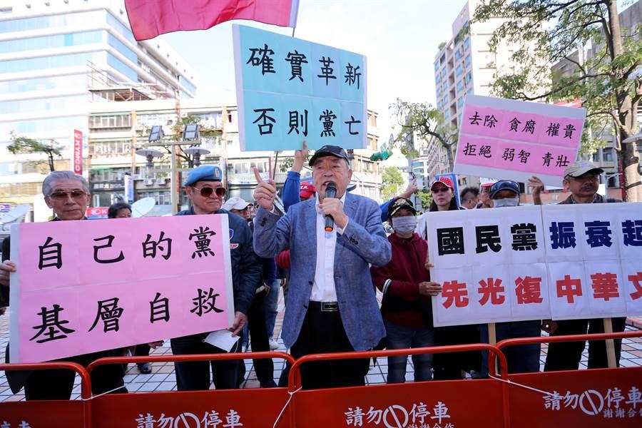藍天行動聯盟主席武之璋(中)赴國民黨中央黨部抗議。(黃世麒攝)