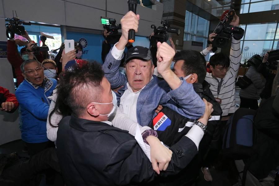 武之璋(中)衝入黨部,與保全、黨工爆發推擠。(黃世麒攝)