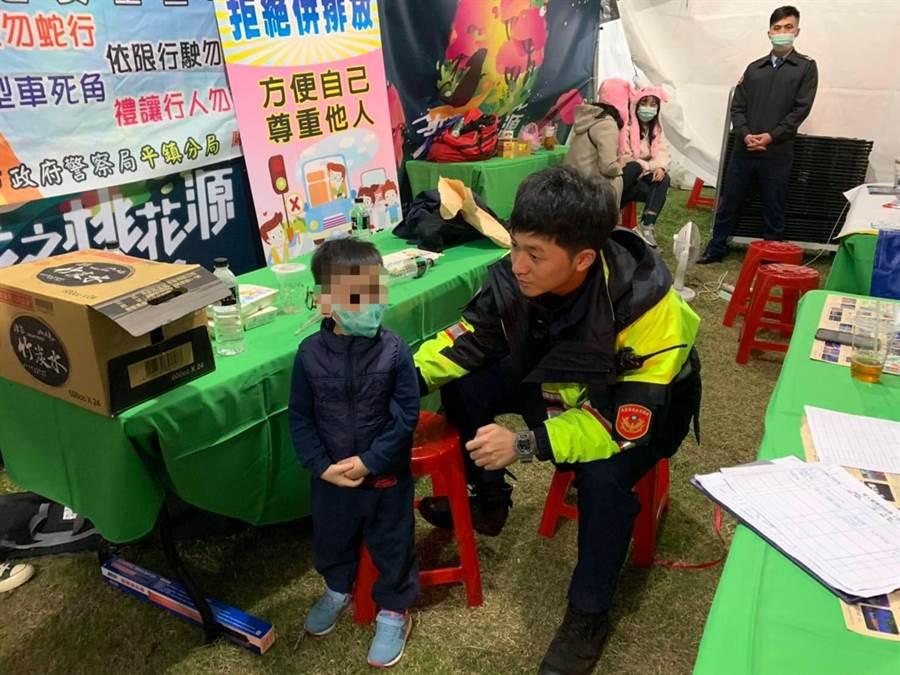 4歲男童逛燈會迷路平鎮警助回母親懷抱。(平鎮警分局提供/呂筱蟬桃園傳真)