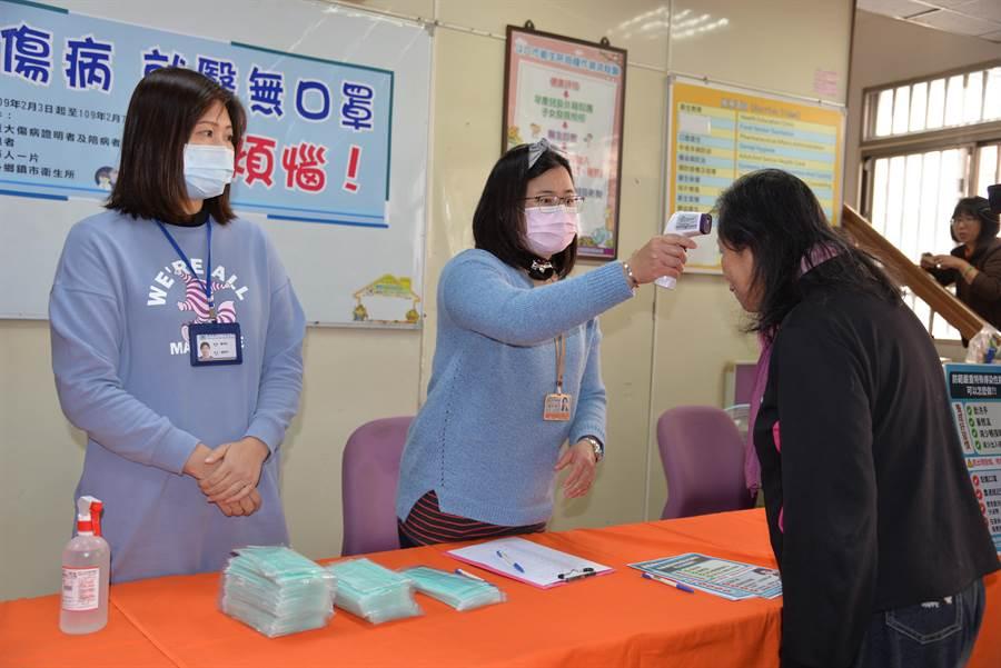 雲林縣府宣導防疫,進出公共室內量體溫。(許素惠攝)