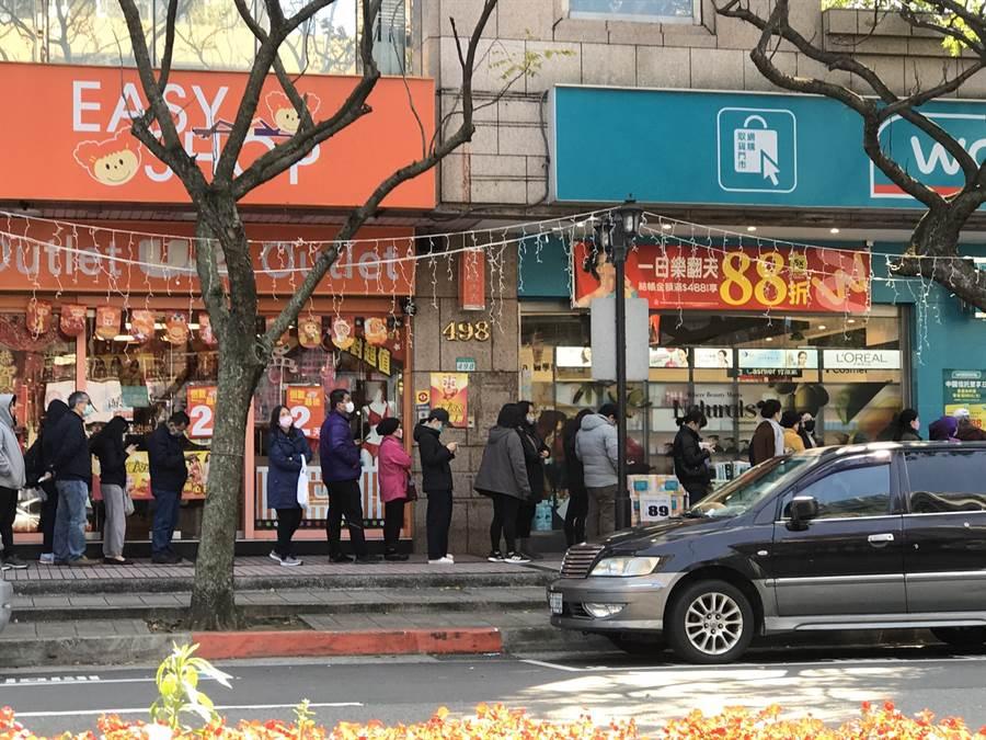 武漢肺炎疫情引爆「口罩之亂」,各大超商、藥妝店前一大早就有民眾大排長龍搶買口罩。(圖/讀者提供)