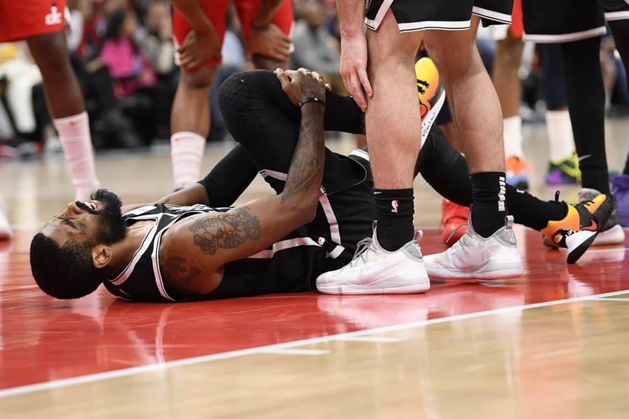 厄文前役受傷當下,痛到倒在地上抱住自己右膝蓋。(美聯社)