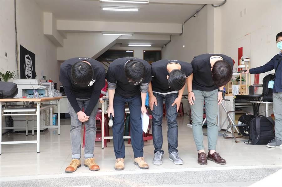 五天破十萬份連署,罷韓四男子3日上午特地在罷韓總部前鞠躬長達30秒,向所有的高雄市民獻上感謝。(袁庭堯攝)